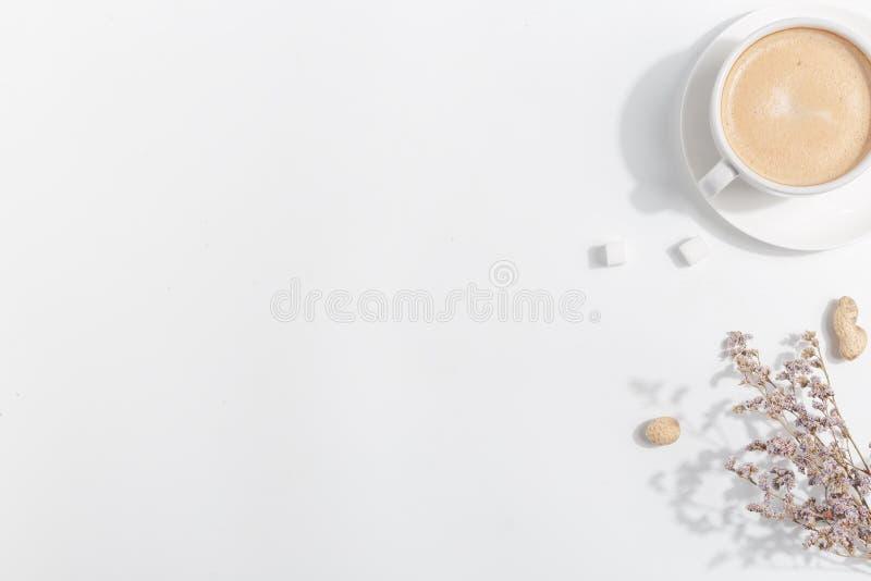 Una tazza di caff? con latte su un fondo leggero Vista superiore Copi lo spazio fotografia stock