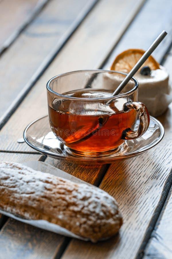 Una tazza di t? che sta sulla tavola durante la prima colazione immagine stock
