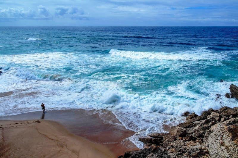 Una tempesta atlantica con le onde ed il cielo del blu immagini stock
