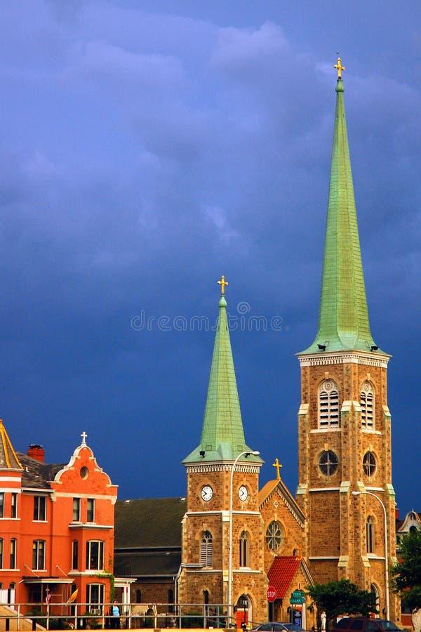 Una tempesta d'avvicinamento sopra una chiesa fotografia stock libera da diritti