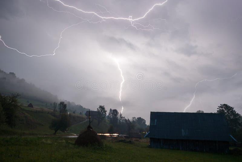 Una tempestad de truenos pesada pasa en el pequeño pueblo de montaña cárpato en Ucrania foto de archivo libre de regalías