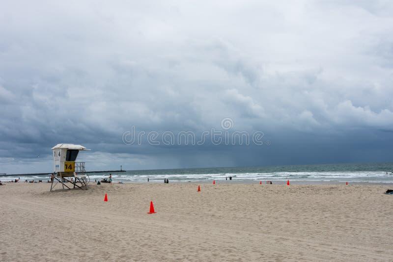 Una tempestad de truenos rueda adentro en la playa de la misión en San Diego California fotos de archivo