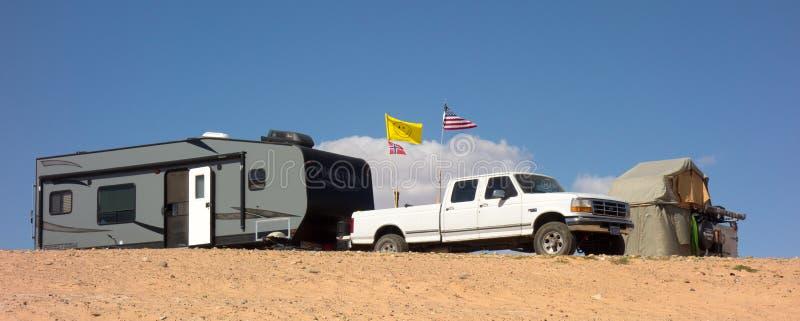 Una tenda e un rimorchio parcheggiati nel lago Powell durante il fine settimana di Memorial Day immagine stock libera da diritti