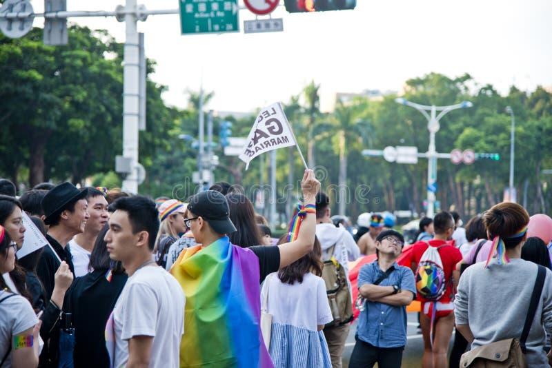 Una tenuta dell'uomo una bandiera nell'orgoglio di Taipei LGBTQIA, Taiwan di matrimonio gay 28 ottobre 2017 fotografia stock libera da diritti
