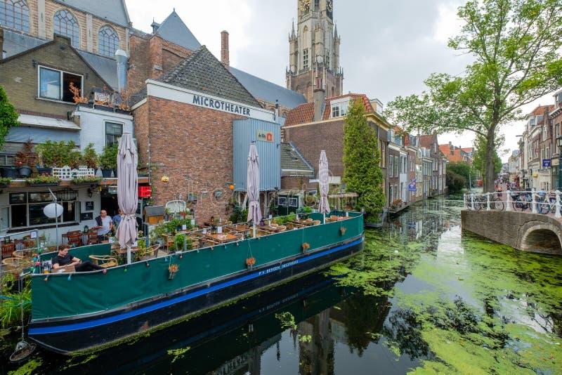 Una terraza acogedora en un barco en el canal, en el centro de la cerámica de Delft, t imagen de archivo