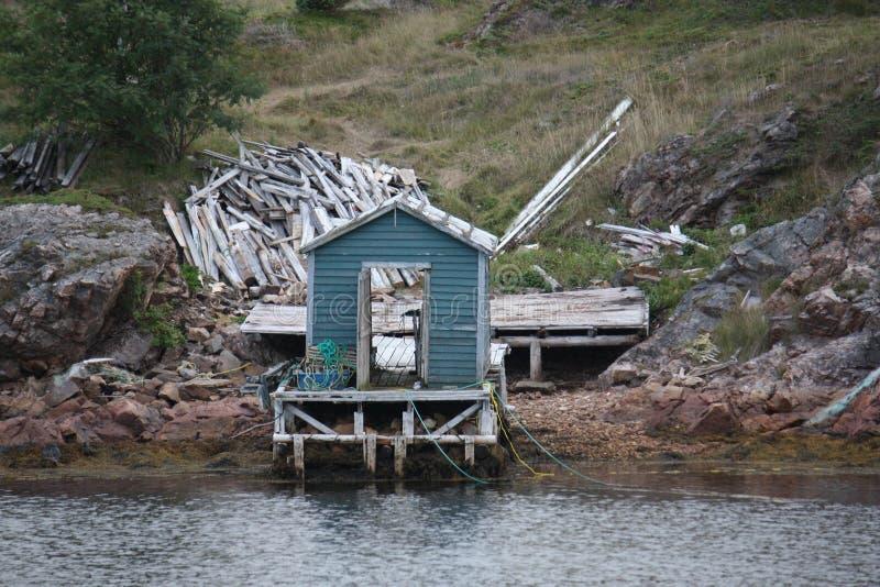 Una tettoia blu al bordo dell'acqua fotografia stock libera da diritti