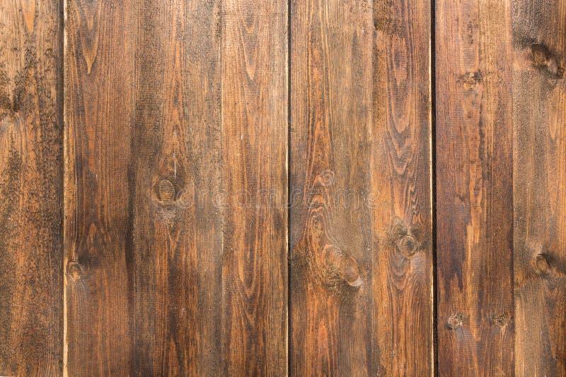 Una textura de tableros marrones con los nudos y de la resina pintada con la impregnación para la madera fotografía de archivo libre de regalías