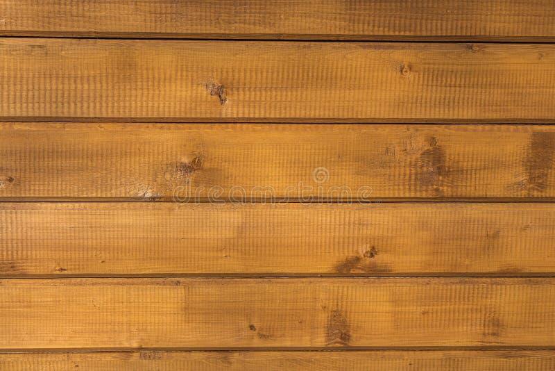 Una textura horizontal de tableros amarillos con los nudos y de la resina pintada con la impregnación para la madera fotografía de archivo libre de regalías