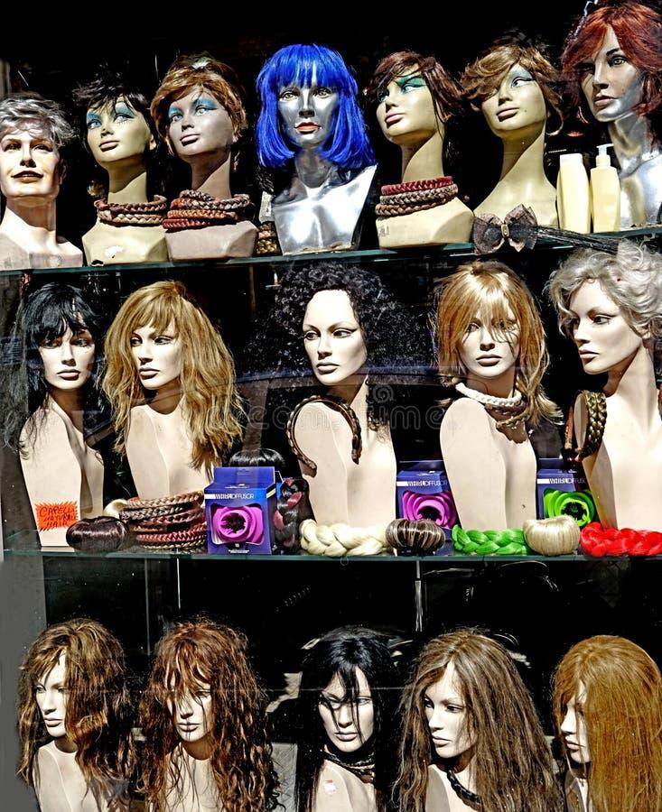 Una tienda de la peluca fotografía de archivo libre de regalías