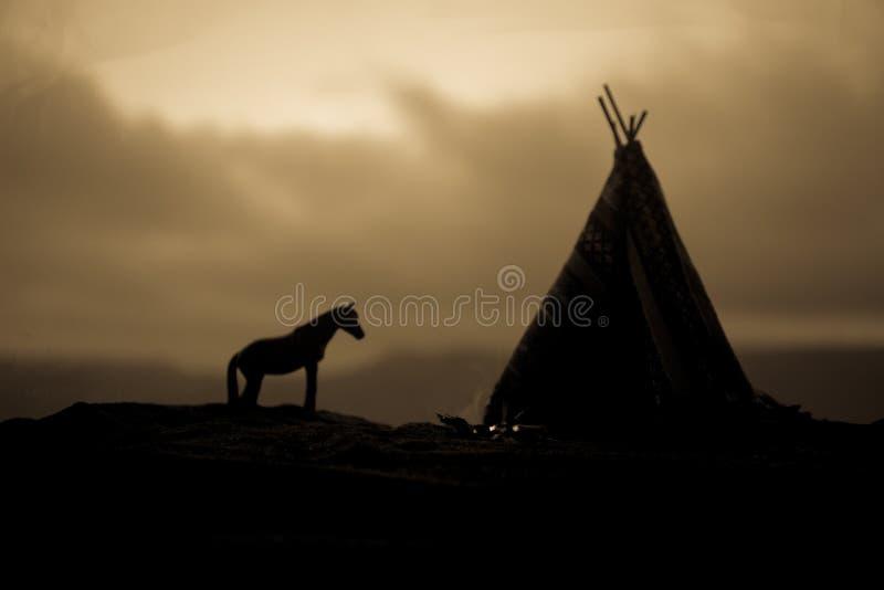 Una tienda de los indios norteamericanos vieja del nativo americano en el desierto fotografía de archivo libre de regalías