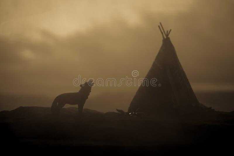 Una tienda de los indios norteamericanos vieja del nativo americano en el desierto fotografía de archivo