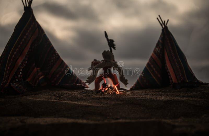 Una tienda de los indios norteamericanos vieja del nativo americano en el desierto imagen de archivo