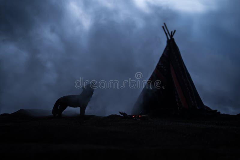 Una tienda de los indios norteamericanos vieja del nativo americano en el desierto fotos de archivo