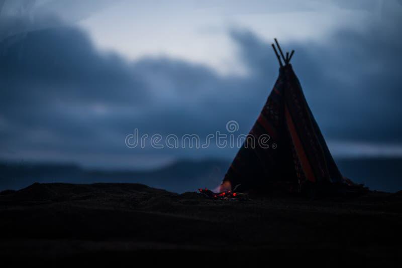 Una tienda de los indios norteamericanos vieja del nativo americano en el desierto imágenes de archivo libres de regalías