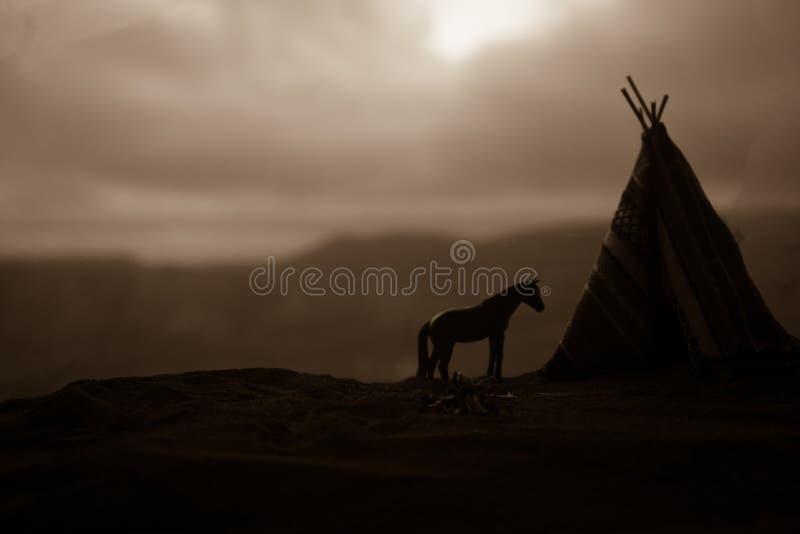 Una tienda de los indios norteamericanos vieja del nativo americano en el desierto foto de archivo