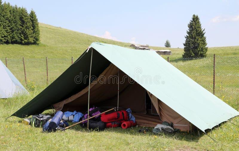 Una tienda de un sitio para acampar de los boy scout en verano fotos de archivo