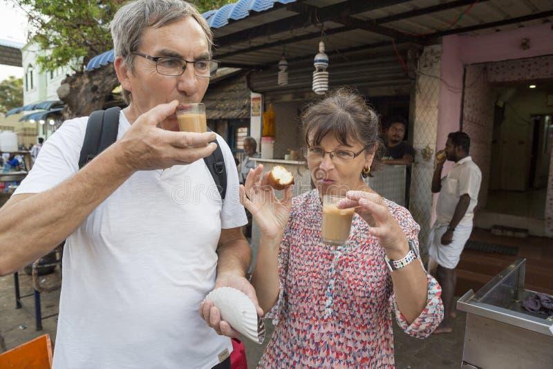 Una tienda local del tchai del café del té, clientes caucásicos no identificados delante de la tienda imágenes de archivo libres de regalías