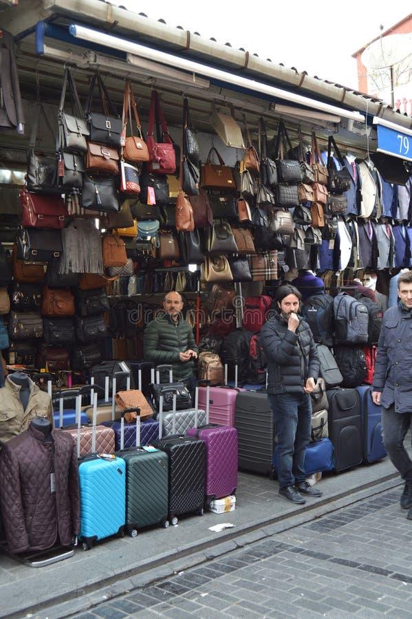 Una tienda que vende los bolsos de cuero privados de las mujeres Centro comercial histórico del mahmutpasa de Estambul fotos de archivo libres de regalías