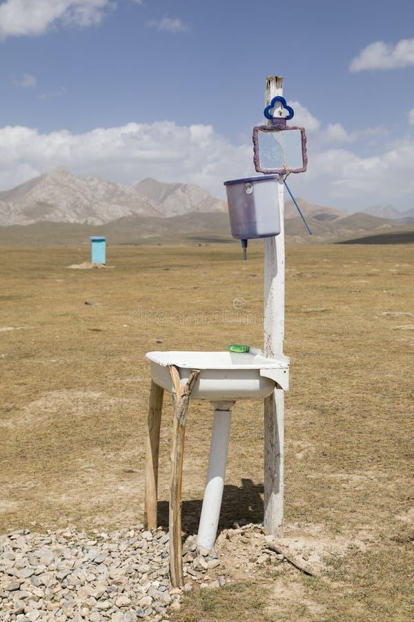 Una toilette sola con il lavabo nel lago Kul di canzone fotografie stock