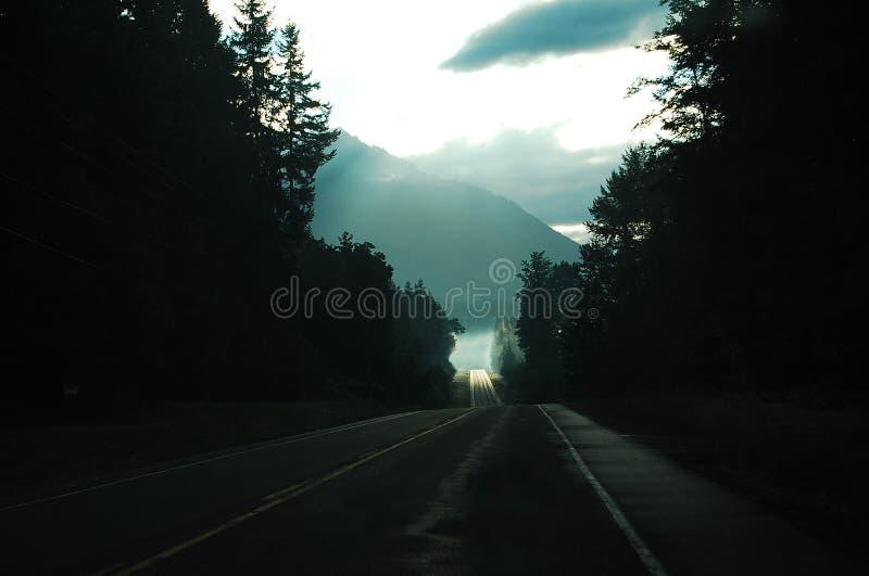 Una toppa del sole sulla strada avanti immagine stock