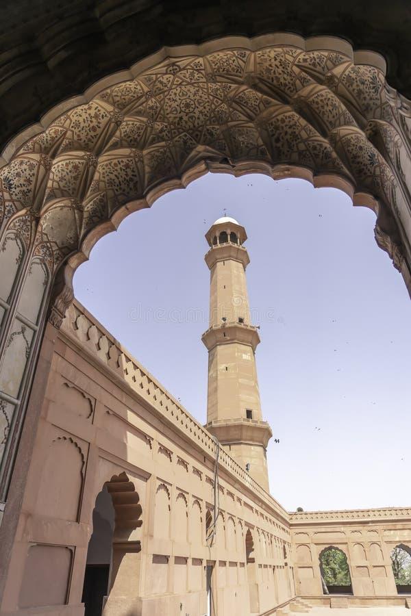 Una torre alta del fuerte de Lahore tomada a través de una puerta, Lahore, Paquistán fotografía de archivo