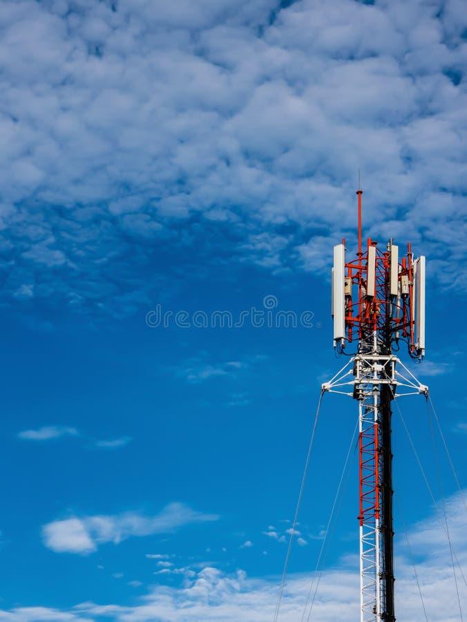 Una torre cellulare sul tetto al cielo piacevole immagine stock