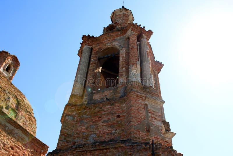 Una torre de un edificio de ladrillo viejo dilapidado imagen de archivo