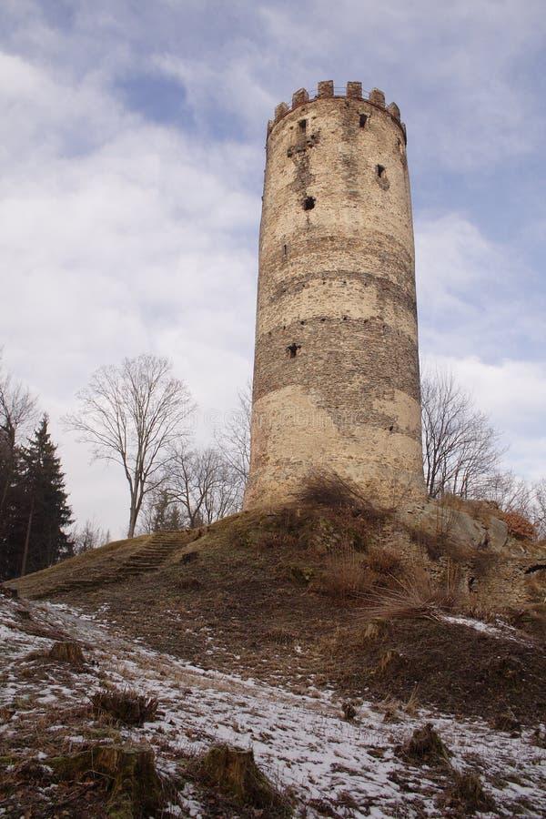 Una torre del castello sulla piccola collina immagini stock libere da diritti