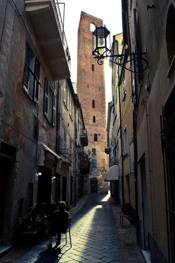 Una torre di quattro lati da una via stretta di Noli fotografie stock libere da diritti