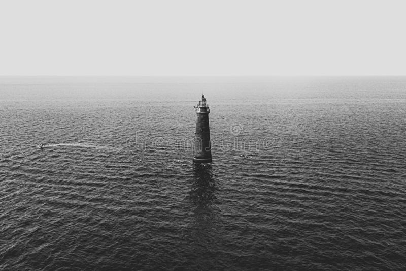 Una torre ligera en el medio del mar imágenes de archivo libres de regalías