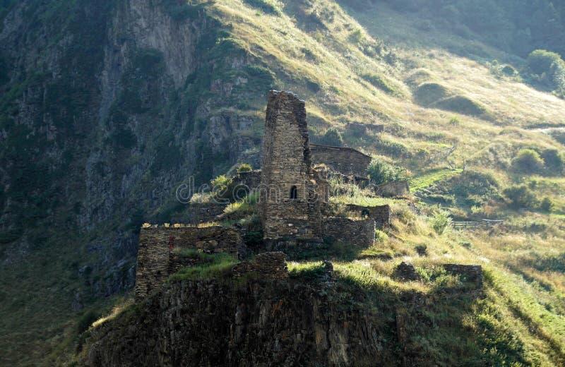 Una torre osetia en un pico de montaña en la región de Zaramag, Ossetia-Alania del norte, Rusia 2014-08-16 imagenes de archivo