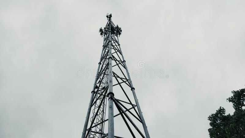 Una torre tipica del telefono cellulare dell'origine indiana immagini stock