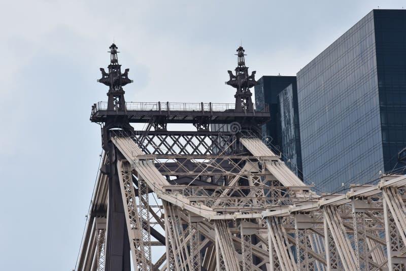 Una torre urbana del puente en zona este del ` s de Nueva York imágenes de archivo libres de regalías