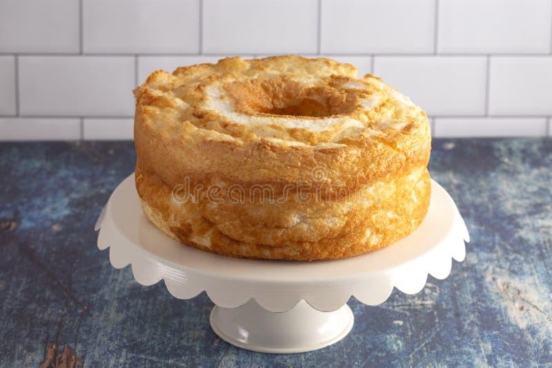 Una torta de comida de ángel en un soporte de la torta blanca fotos de archivo