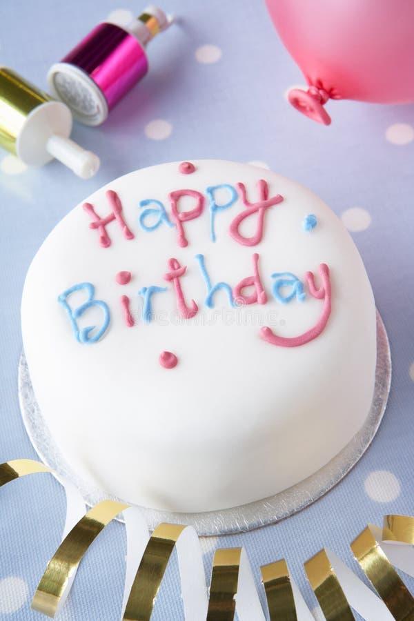 Una torta de cumpleaños imagen de archivo libre de regalías