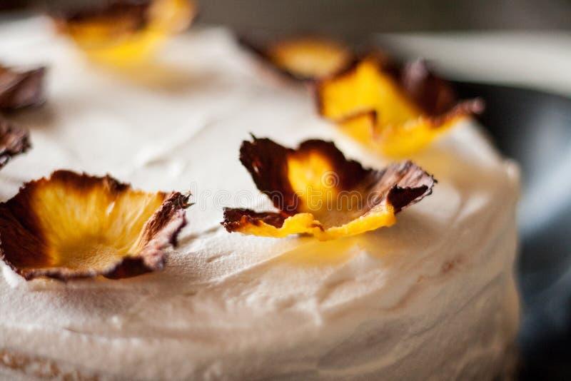 Una torta di compleanno casalinga decorata con i fiori dell'ananas fotografie stock libere da diritti