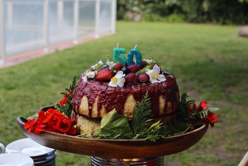 Una torta di compleanno di 50 fiori fotografia stock