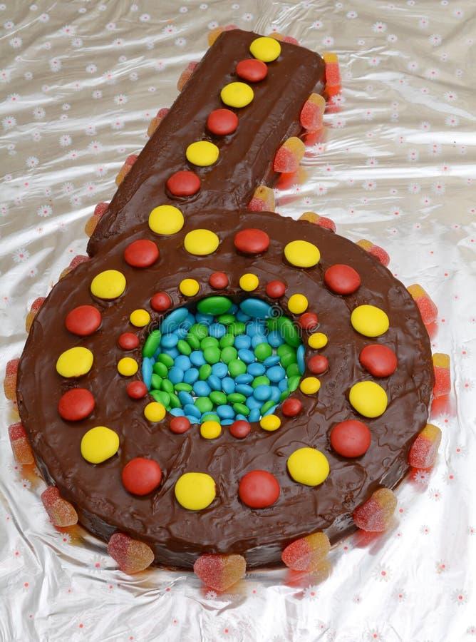 Una torta di compleanno a forma di come il numero sei fotografia stock