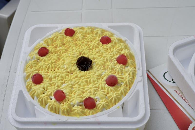 Una torta di compleanno piacevole della frutta fotografia stock