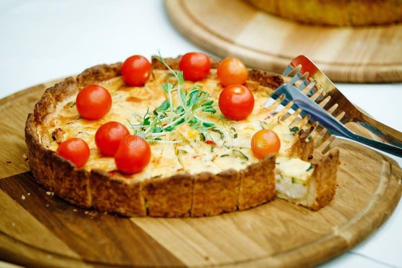 Una torta di formaggio con i pomodori immagine stock
