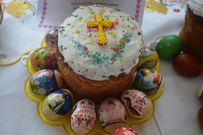 Una torta festiva se adorna con una cruz de la pasta foto de archivo