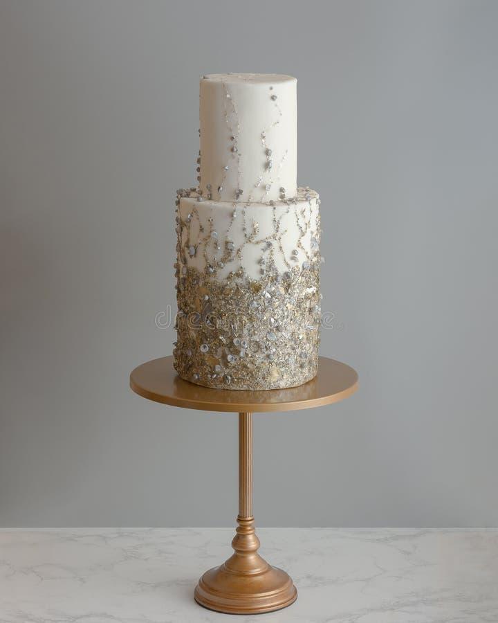 Una torta nunziale alta d'avanguardia di 2 file con struttura metallica immagini stock libere da diritti