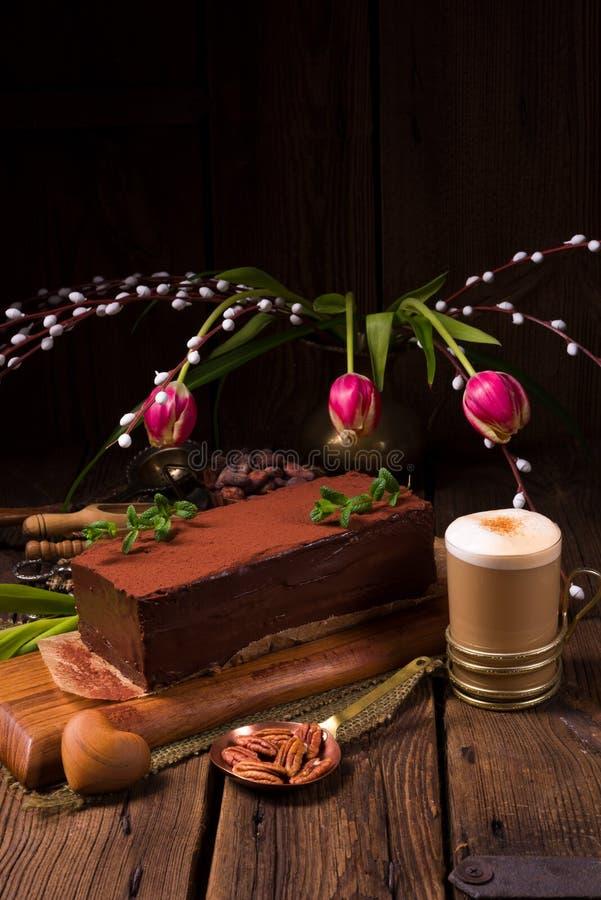 Una torta sabrosa del capuchino del chocolate imagen de archivo