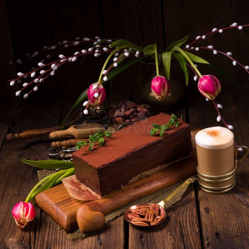 Una torta sabrosa del capuchino del chocolate imagenes de archivo