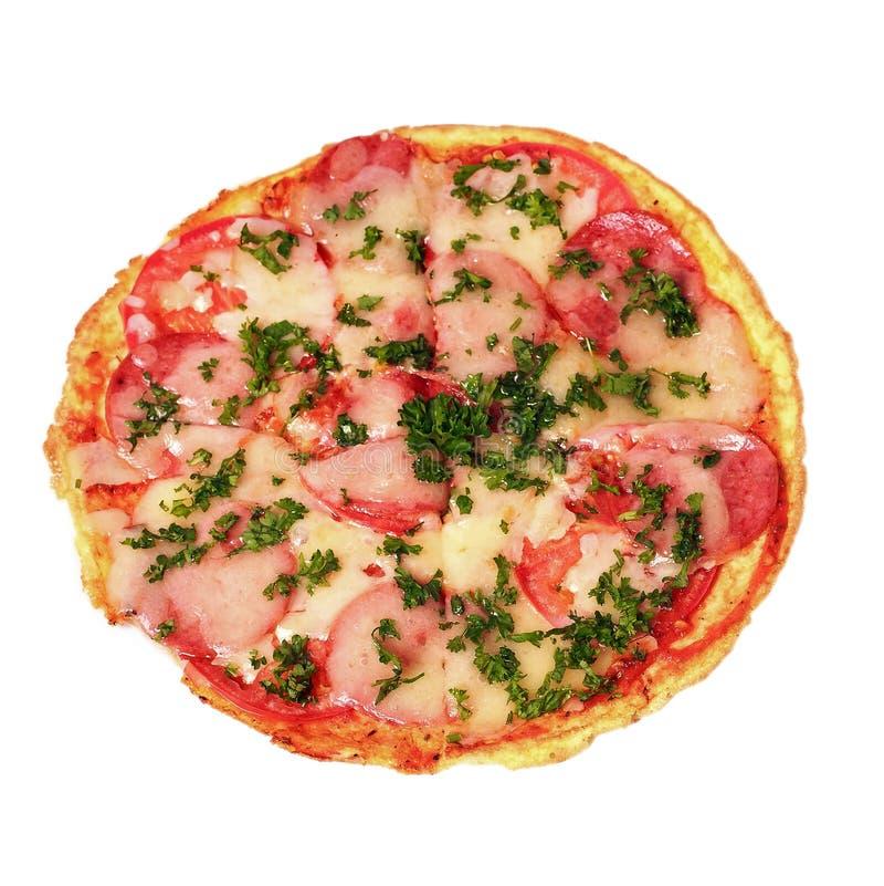 Una tortilla con los tomates, el perejil, el salami y el queso foto de archivo