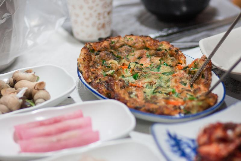 Una tortilla se sirve entre otros platos coreanos fotografía de archivo libre de regalías