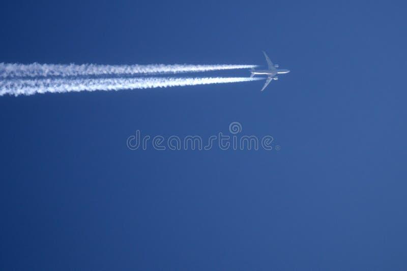 Una traccia dell'aeroplano attraverso il fumo di viaggio del cielo immagini stock