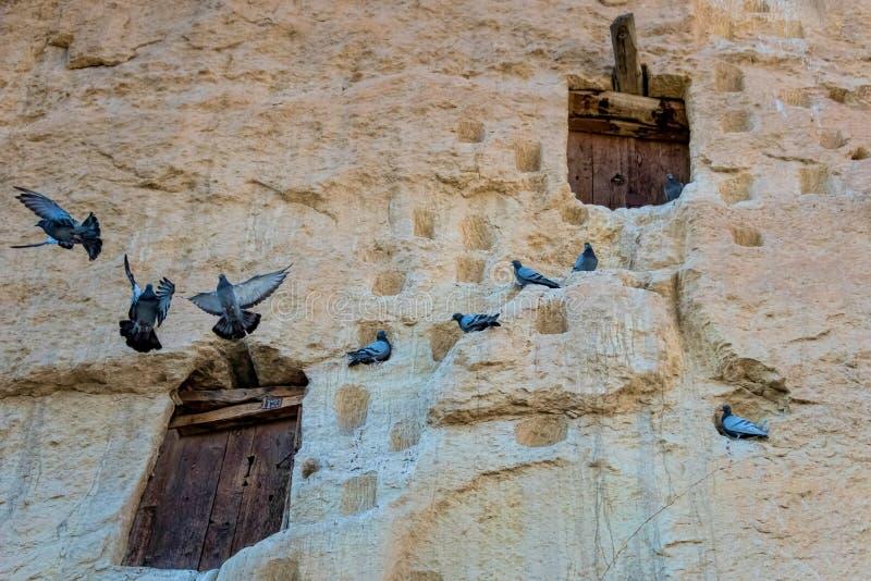 Una tradición antigua, piedra naturalmente fresca talló almacenes junto con muchos desvanes de paloma en Ermenek, Turquía imagenes de archivo
