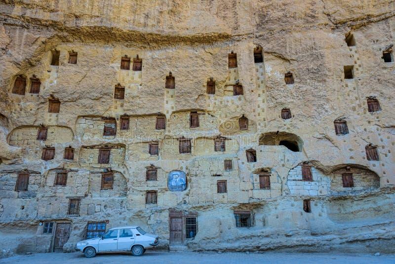Una tradición antigua, piedra naturalmente fresca talló almacenes junto con muchos desvanes de paloma en Ermenek, Turquía fotos de archivo