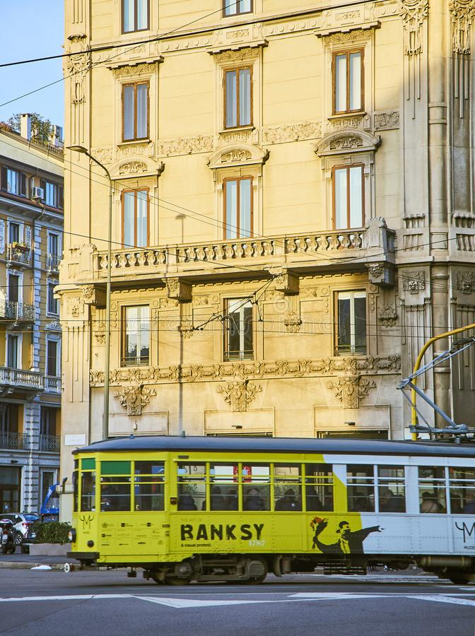Una tranvía que hace publicidad de una exposición monográfica de la travesía de Banksy vía Giovanni Boccaccio Milán, Lombardía, I imagen de archivo